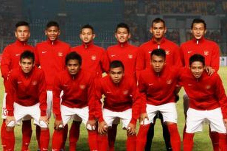 Pemain Indonesia berpose sebelum pertandingan melawan Laos pada kualifikasi Piala Asia U-19 di Stadion Utama Gelora Bung Karno, Jakarta, Selasa (8/10/2013).