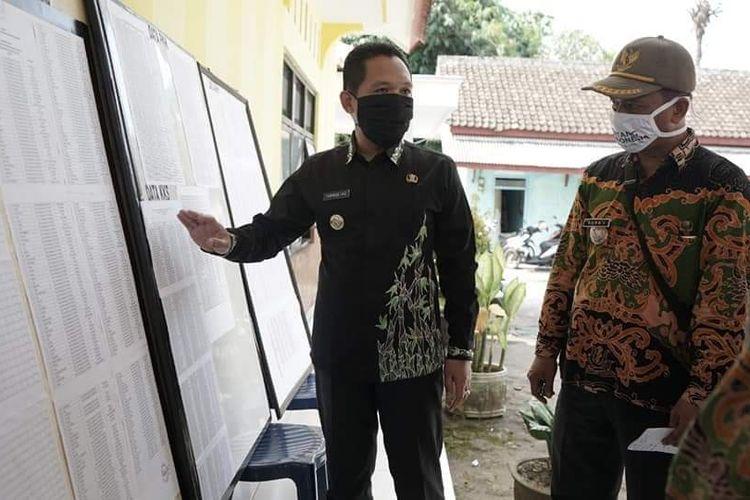 Bupati Lumajang Thoriqul Haq saat saat memastikan pencarian BLT Dana Desa di Desa Jatirejo