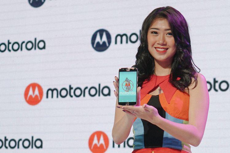 Model memamerkan Moto G5S Plus dalam acara peluncuran di Jakarta, Selasa (19/9/2017).