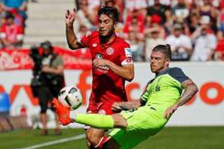 Gelandang Mainz, Suat Serdar (kiri), berduel dengan pemain belakang Liverpool, Alberto Moreno, pada uji coba di Mainz, 7 Agustus 2016.