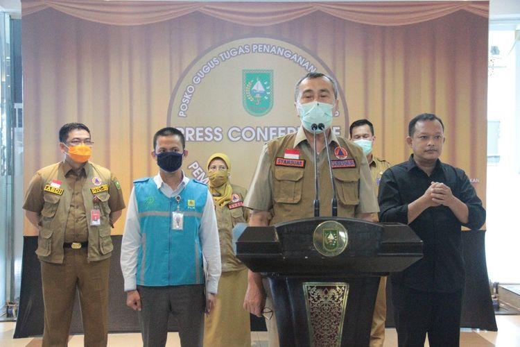Gubernur Riau Syamsuar dan PT PLN (Persero) Unit Induk Wilayah Riau dan Kepulauan Riau saat menggelar konferensi pers terkait lonjakan tarif listrik, Selasa (9/6/2020).
