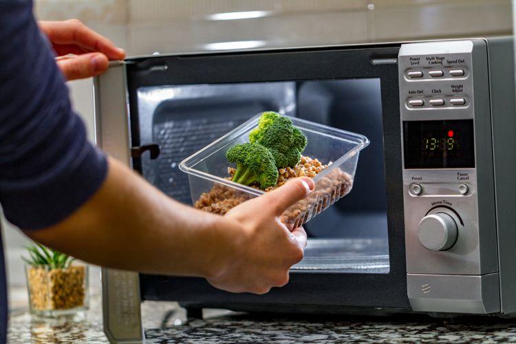 Ilustrasi microwave, perangkat atau alat masak canggih yang memudahkan siapapun memasak atau memanaskan makanan dalam plastik.