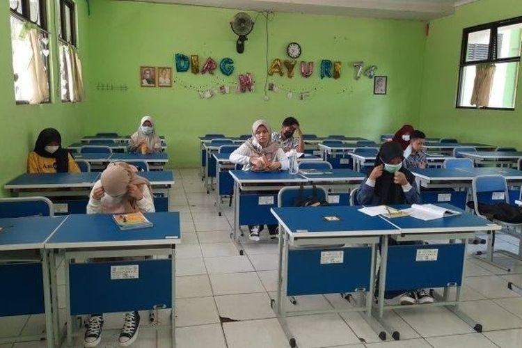 Pembelajaran tatap muka digelar kembali di SMPN 2 Kota Bekasi, Jawa Barat, pada Senin (22/3/2021) secara terbatas di tengah pandemi Covid-19.