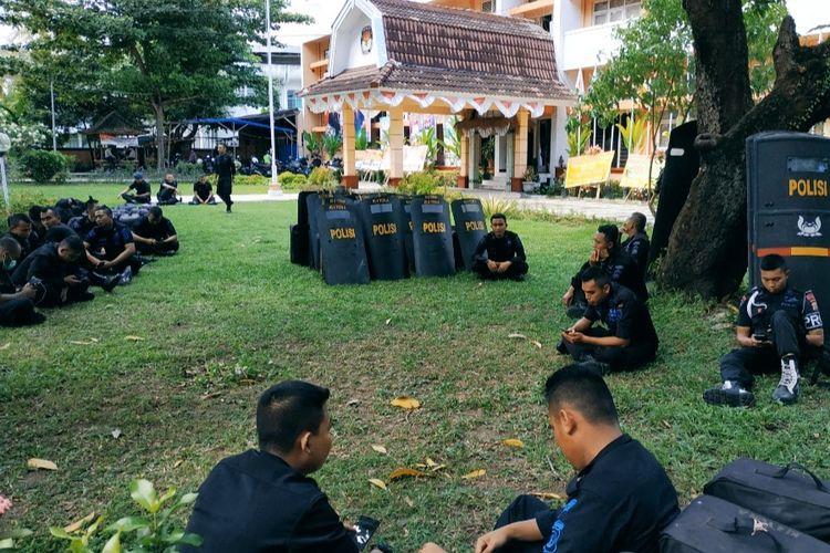 Mataram, Kompas.Com Suasana penjagaan di Kantor KPU NTB, Rabu (22/5/2019)