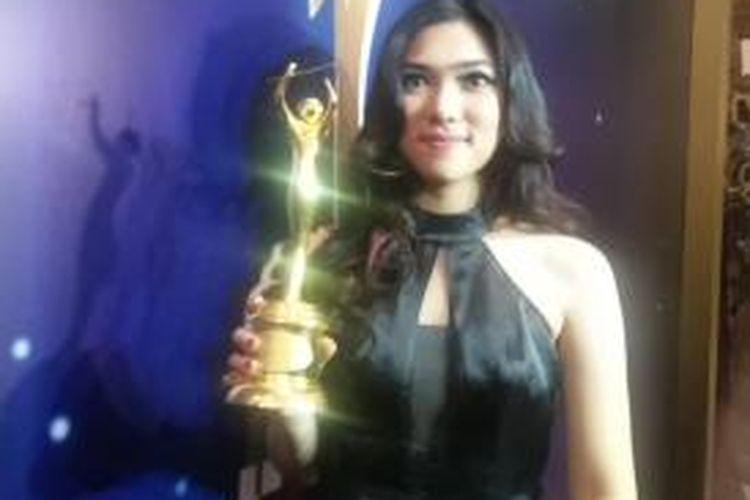 Isyana Sarasvati raih trofi penghargaan Penyanyi Pendatang Baru Terbaik dalam AMI Awards 2015 di Eco Park Ancol, Jakarta Utara, Selasa (22/9/2015) malam.