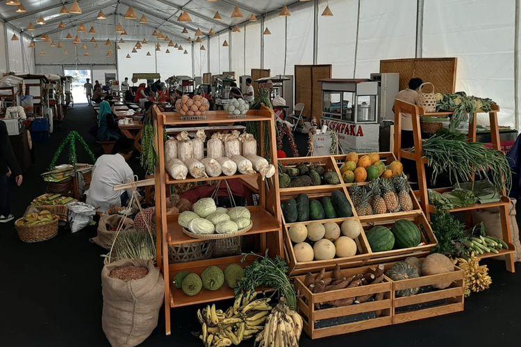 Berbagai jenis buah dan sayur sebagai hasil kekayaan alam Indonesia yang dihadirkan pada Pekan Kebudayaan Nasional (PKN) di Kompleks Istora Gelora Bung Karno, Jakarta, dari tanggal 7 sampai 13 Oktober 2019.