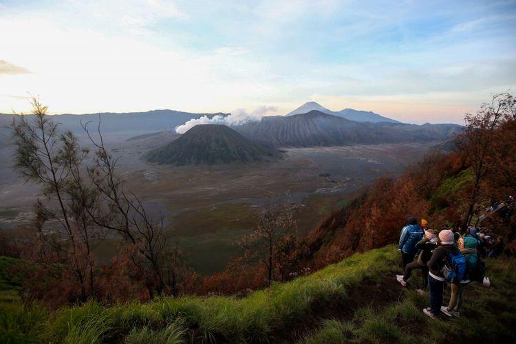 Pengunjung mengabadikan keindahan di lokasi wisata Bukit Cinta, Pasuruan, Jawa Timur, Sabtu (4/11/2017). Bukit Cinta menjadi alternatif menyaksikan matahari terbit di kawasan wisata Gunung Bromo.