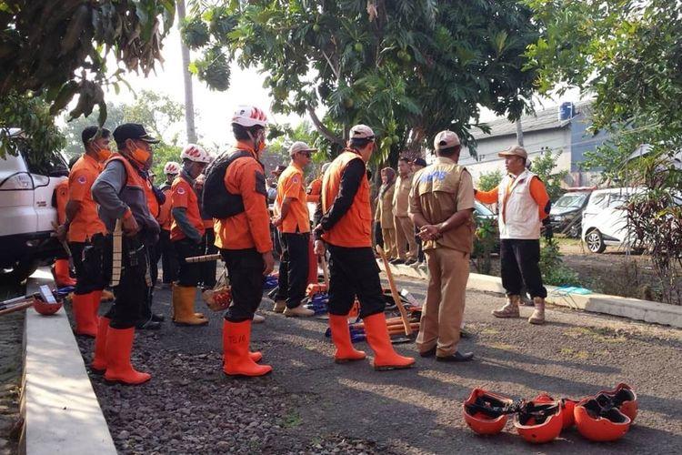 Sejumlah personil penanggulangan bencana dari BPBD Kabupaten Cianjur, Jawa Barat diberangkatkan ke lokasi karhutla di kawasan Gunung Rasamala dan Gunung Geulis di wilayah Kecamatan Cugenang, Cianjur, Jawa Barat.