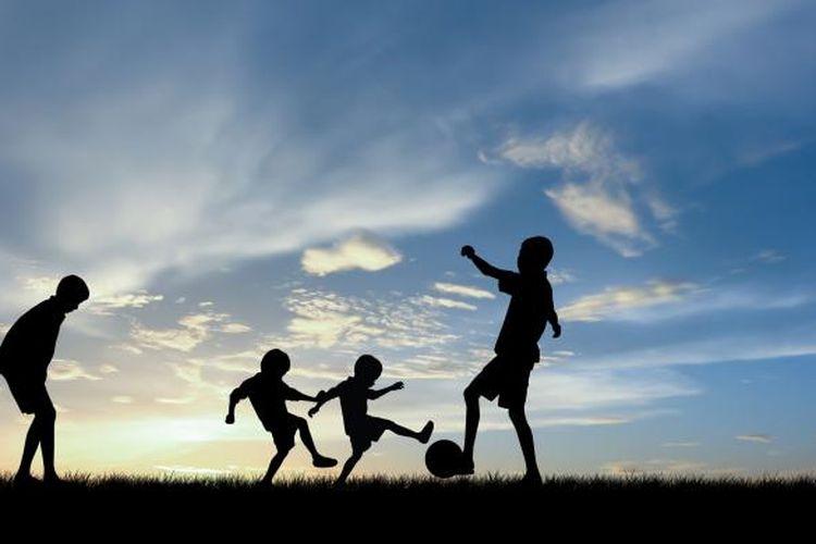 Ilustrasi anak-anak bermain bola