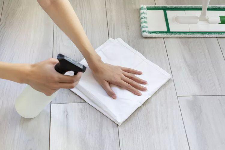Ilustrasi membersihkan lantai kayu laminasi.