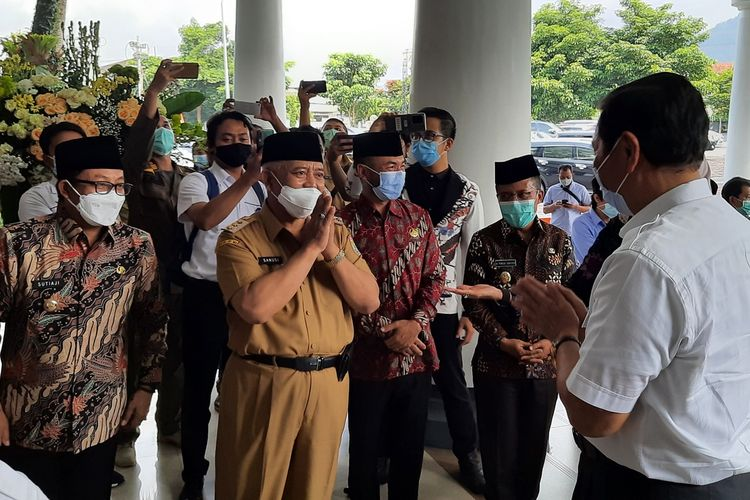 Menteri Koordinator Bidang Kemaritiman dan Investasi, Luhut Binsar Pandjaitan disambut tiga kepala daerah di Balai Kota Among Tani, Kota Batu, Jawa Timur, Senin (26/4/2021).