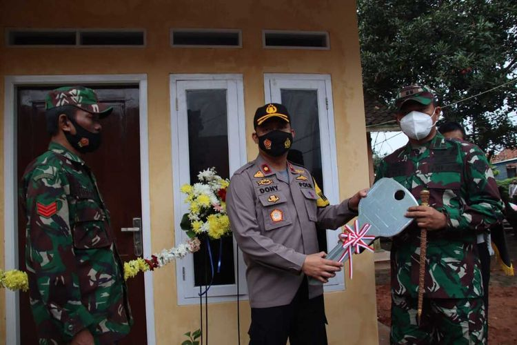 Wakapolres Subang Kompol Dony Eko Wicaksono saat penyerahan rumah kepada Kopka Hamim Mulyono, Kamis (21/1/2021).