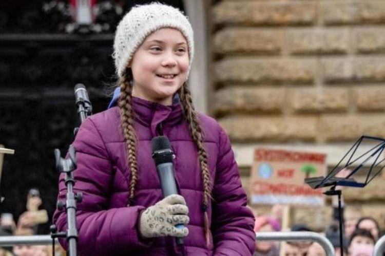 Aktivis lingkungan asal Swedia Greta Thunberg (16) berbicara di atas panggung saat demonstrasi murid yang menyerukan perlindungan iklim pada Jumat (1/3/2019) di depan balai kota di Hambourg, Jerman. (AFP/Alex Heimken)