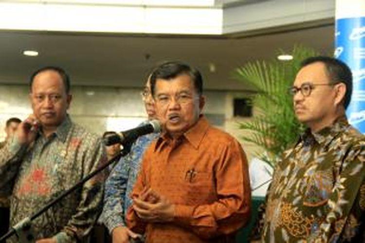 Wakil Presiden RI Jusuf Kalla memberikan konferensi pers, usai penandatanganan kerjasama antara BPPT, Kementerian ESDM, dan PT Pertamina (Persero), Jakarta, Senin (10/8/2015). Pemerintah menargetken porsi energi baru terbarukan pada 2025 mencapai 17 persen dari total bauran energi.