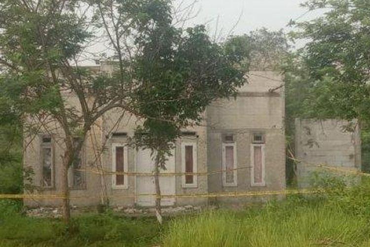 Rumah yang menjadi tempat kejadian perkara (TKP) pembunuhan berdarah yang melibatkan dua anak dan ayahnya yang diduga menjadi pelaku di Kampung Sukamantri RT 02/09, Desa Gembong, Kecamatan Balaraja, Kabupaten Tangerang, Kamis (11/6/2020).