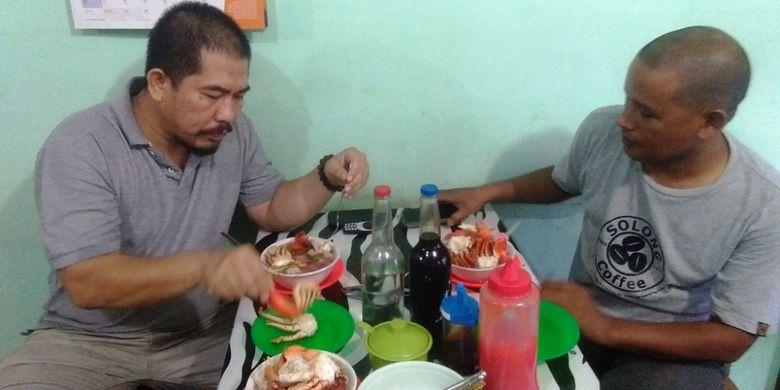 Pengunjung menikmati sop kepiting di  warung sop Wakton Sako di Desa Tanjong Minje, Kecamatan Madat, Kabupaten Aceh Timur, Kamis (20/12/2018).