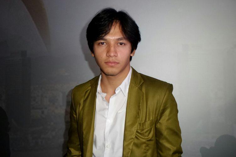 Artis peran Jefri Nichol saat berpose di gala premiere film One Fine Day di CGV Blitz Megaplex Grand Indonesia, Tanah Abang, Jakarta Pusat, Senin (9/10/2017).
