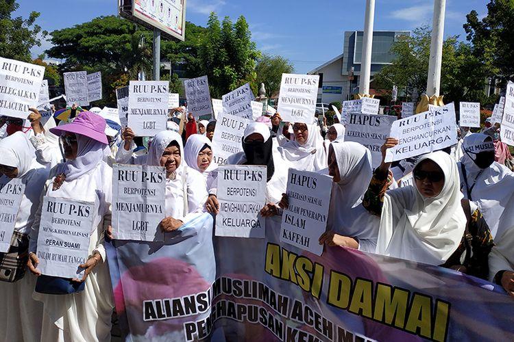 Ratusan massa dari Aliansi Muslimah Aceh mendatangi kantor DPR Aceh untuk melakukan aksi demostrasi menolak Rancangan Undang-Undang Penghapusan Kekerasan Seksual (RUU PKS), Senin (08/04/2019).