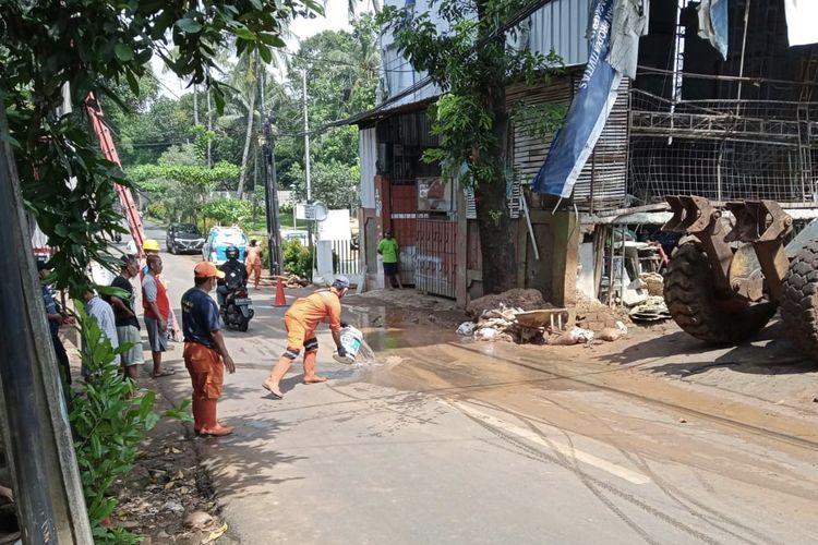 Petugas membersihkan sisa-sisa lumpur pasca turap longsor Perumahan Silah Hills di Jalan Warung Silah, Ciganjur, Jagakarsa, Jakarta Selatan pada Jumat (12/3/2021).