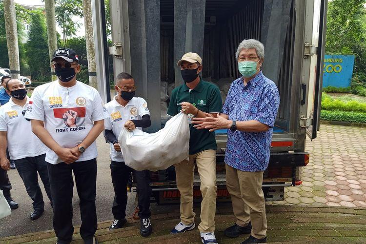 Ketua Majelis Permusyawaratan Rakyat (MPR) RI Bambang Soesatyo memberikan bantuan langsung ke Kebun Binatang Bandung atau Bandung Zoological Garden (Bazoga) yang saat ini tengah mengalami kesulitan memenuhi pakan satwa koleksi di tengah krisis pandemi Covid-19. Sumbangan tersebut berupa 1.000 ekor ayam beku, 200 paket sembako dan beberapa alat penyemprot disinfektan, Jumat (15/5/2020).