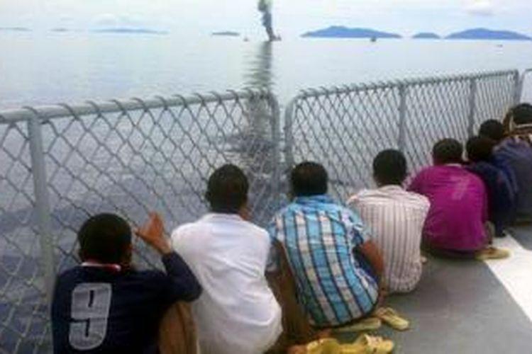 Delapan nelayan asing asal Vietnam yang tertangkap mencuri ikan di Laut Natuna melihat kapal mereka terbakar saat penenggelaman di Laut Anambas, Kepulauan Riau (Kepri), Jumat (5/12/2014).