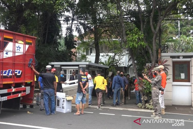 Suasana eksekusi pengosongan rumah pahlawan nasional Mohammad Yamin di Jalan Diponegoro No 10 Jakarta Pusat yang dilakukan pada Kamis (2/7) pagi oleh tim juru sita PN Jakarta Pusat.