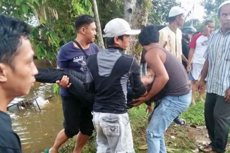 Korban berinisial OV saat berhasil diselamatkan dari percobaan bunuh diri dengan melompat ke Sungai Melawi, Kabupaten Sintang, Kalimantan Barat, Sabtu (7/3/2020).