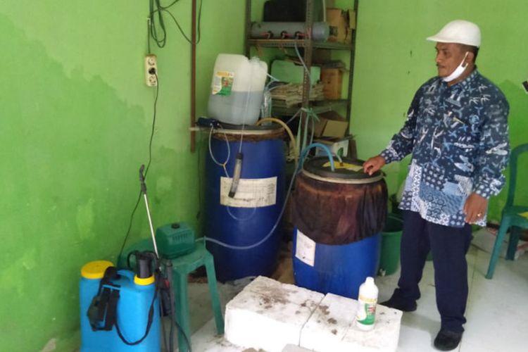 Suyadi saat memperlihatkan fermentasi urine sapi, yang digunakan untuk memberantas hama tikus dan pupuk cair.