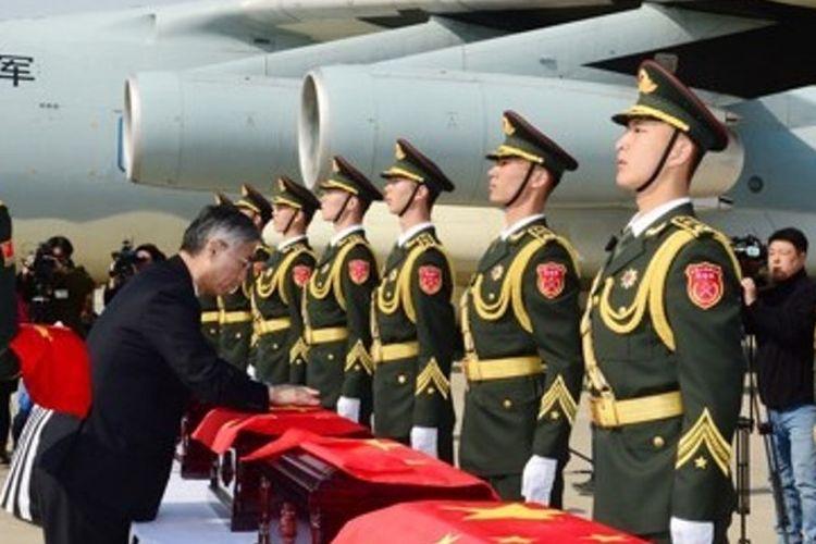 Foto dokumen yang menunjukkan seremoni penyerahan sisa tentara China korban Perang Korea dari pemerintah Korea Selatan kepada China pada 22 Maret 2017.