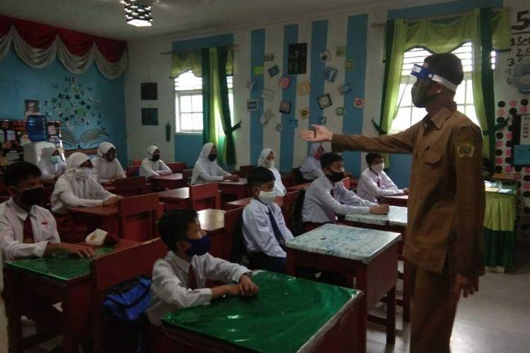 Hari pertama masuk sekolah pada tahun ajaran baru 2020 - 2021 di Kabupaten Karimun, Kepulaua Riau (Kepri), sekolah-sekolah menerapkan protokol kesehatan. Mulai dari wajib dilakukan pemeriksaan suhu tubuh, mencuci tangan hingga mengenakan masker. Langkah ini di lakukan untuk mencegah penularan virus Corona atau Covid-19.