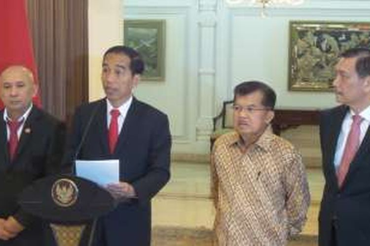 Presiden Joko Widodo sesaat sebelum bertolak ke Amerika Serikat di kompleks Halim Perdanakusuma, Jakarta Timur, Sabtu (14/2/206).