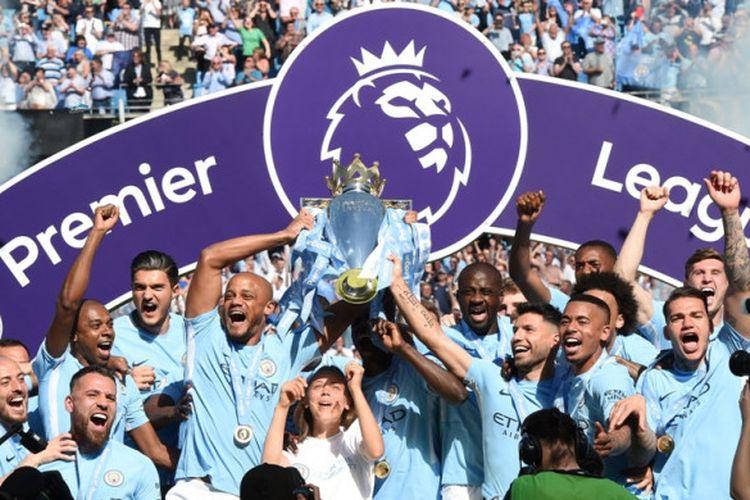 Pemain Manchester City melakukan perayaan kesuksesan memenangi gelar Liga Inggris musim 2017-2018 di Stadion Etihad, Minggu (6/5/2018) malam WIB.
