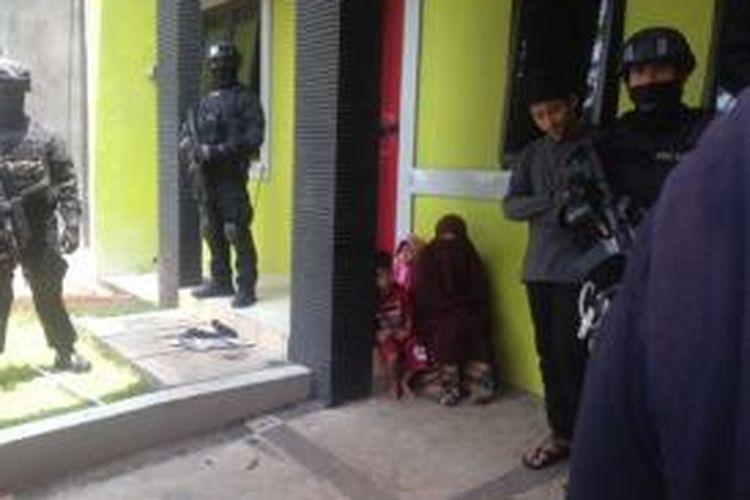 Tim Jatanras (Kejahatan dan Kekerasan) Polda Metro Jaya bersama Detasemen Khusus (Densus) Anti Teror Mabes Polri menggerebek rumah terduga anggota ISIS, Amin Mudin, di Legenda Wisata, Cileungsi, Bogor, Minggu (22/3/2015).