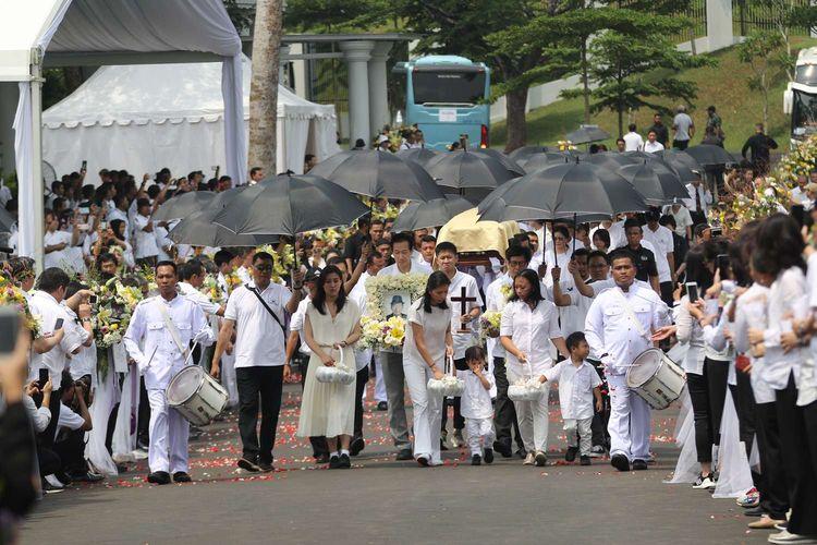 Anggota keluarga mengiringi prosesi pemakaman Dr. (HC) Ir. Ciputra di Pemakaman Keluarga di Desa Sukamaju, Jonggol, Kab. Bogor, Kamis (5/12/2019).