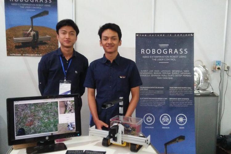 Syifauqulub AN (kiri) dan M Farhan A memamerkan Robograss pada acara Electrical Engineering Days 2019.