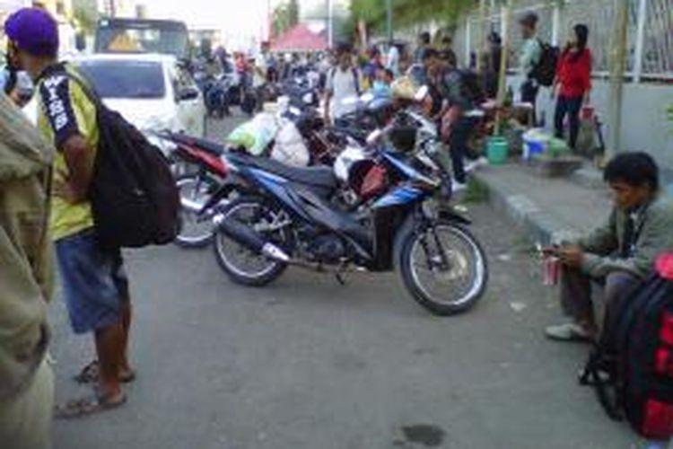 Pengunjung Pelabuhan Makassar, terpaksa memarkirkan kendaraanya di tepi jalan raya untuk menghindari biaya retribusi yang cukup tinggi.