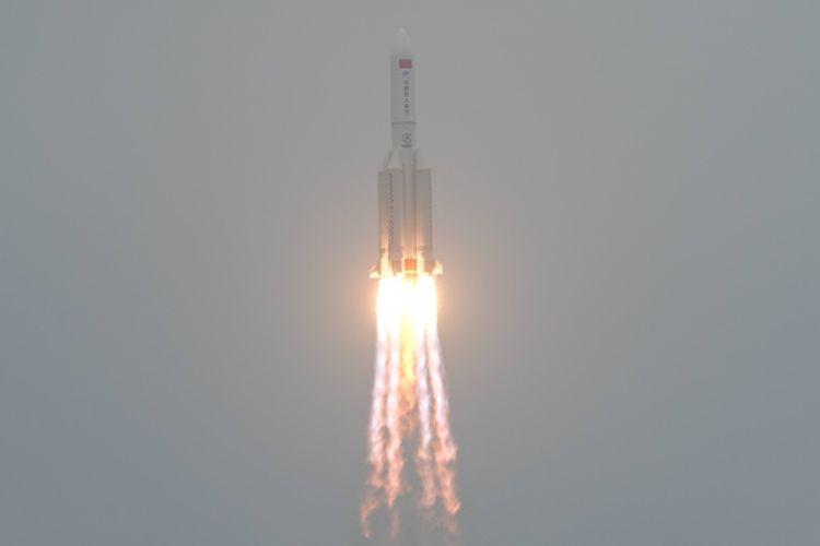 Roket Long March 5B, yang membawa modul Tianhe, diluncurkan dari Situs Peluncuran Wahana Antariksa Wenchang di Provinsi Hainan, China selatan, pada 29 April 2021.