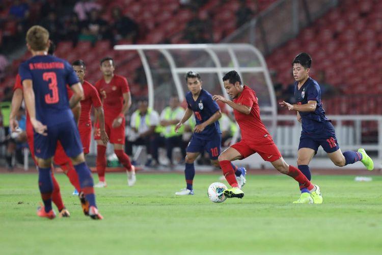 Gelandang Timnas Indonesia, Evan Dimas, membawa bola dalam laga kualifikasi Piala Dunia 2022 melawan Thailand di Stadion Utama Gelora Bung Karno, Selasa (10/9/2019).
