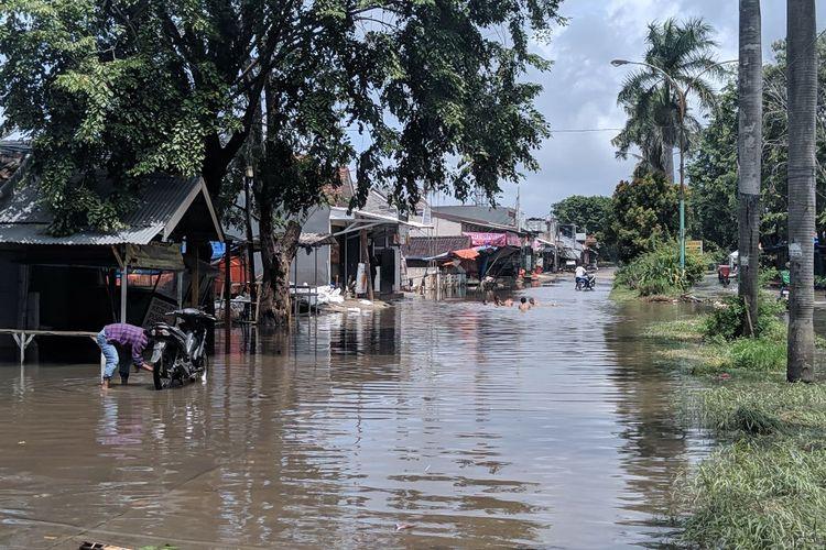 Jalan Villa Mutiara Pluit Kota Tangerang terendam banjir, Senin (24/2/2020)