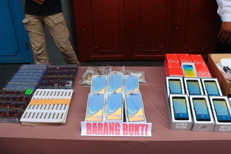 Barang bukti ponsel ilegal yang diproduksi sebuah pabrik dikawasan Ruko Toho, Penjaringan, Jakarta Utara