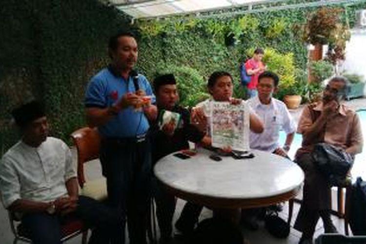 Kubu Prabowo - Hatta Jawa Barat sedang memperlihatkan barang bukti sembako berisi mie instan, gula pasir dan Tablid Al - Mihrab yang isinya dipenuhi pemberitaan positif Jokowi - JK. Sembako tersebut diduga dikirim dari kubu Jokowi - JK, namun, mobil pengangkut sembako itu menggunakan stiker 'Garuda Merah'. Rencanya sembako tersebut akan dibagikan pada masa tenang sekarang ini ke pesantren - pesantren di Kabupaten Bandung.