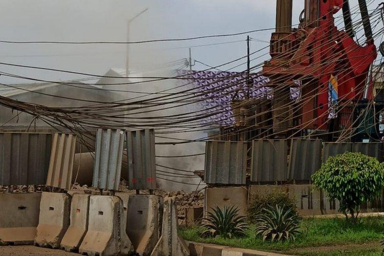 Lokasi pembangunan konstruksi infrastruktur di Jalan Raya Bekasi, Cakung, Jakarta Timur, mengeluarkan gas, Kamis (12/3/2020). Petugas Damkar Jaktim mengatakan peristiwa itu terjadi akibat pipa gas milik Perusahaan Gas Negara (PGN) bocor.