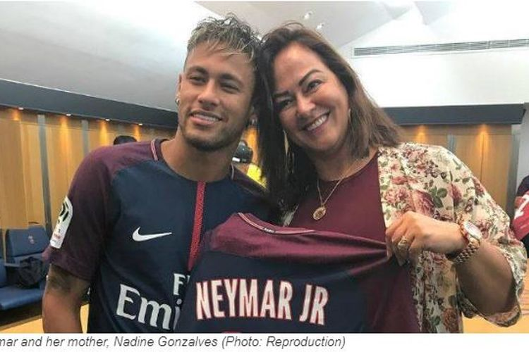 Ibu Neymar, Nadine Goncalves (kanan) dan sang bintang milik Paris Saint-Germain, Neymar.