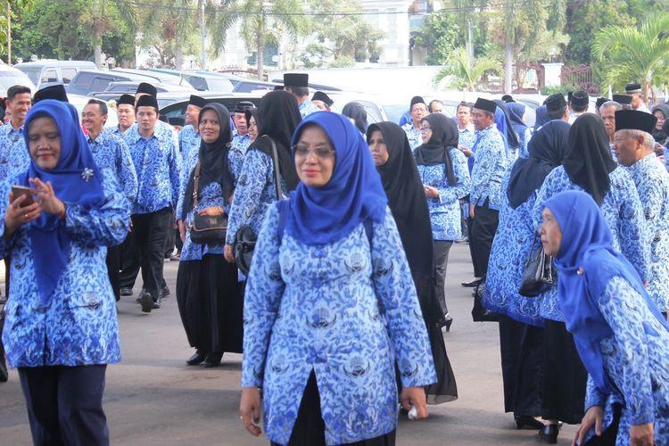 Sejumlah ASN di lingkungan Pemkab Cianjur, Jawa Barat usai mengikuti apel di halaman Pendopo Bupati.