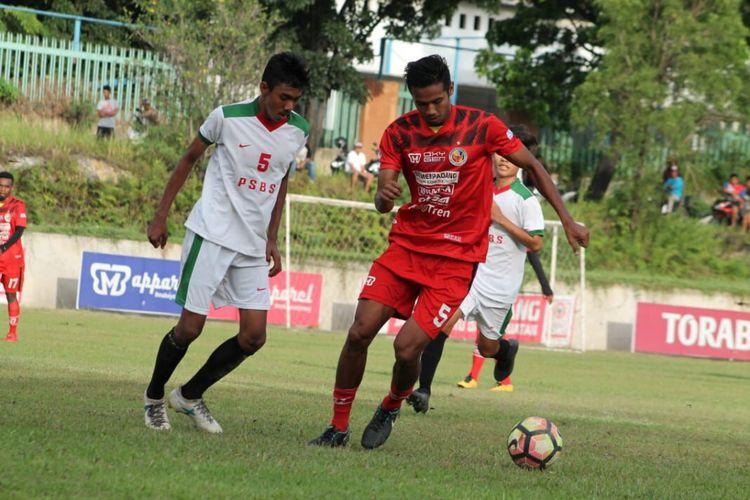 Pemain Semen Padang Novrianto (kanan) menahan hadangan pemain PSBS dalam laga uji coba