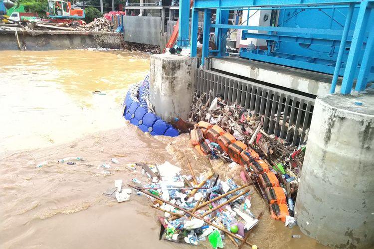 Terlihat tumpukan sampah di Pintu Air Manggarai pada Kamis (2/1/2020)