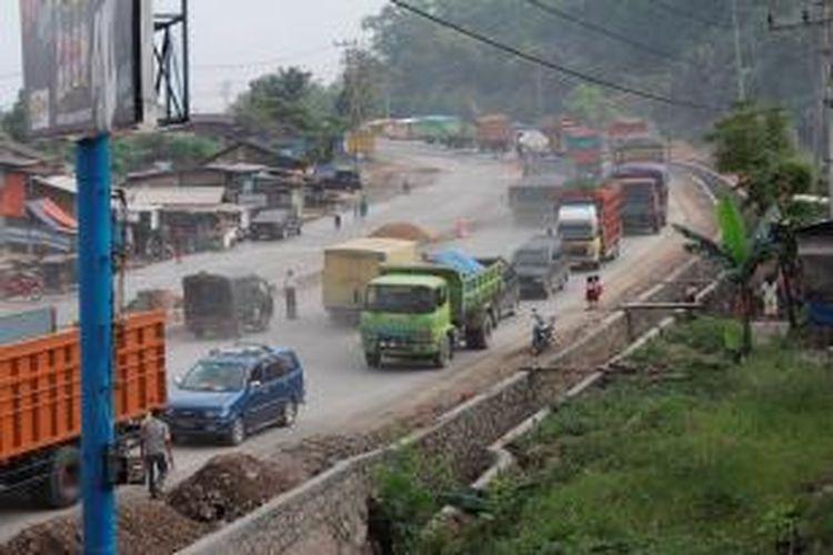 Arus lalu lintas yang didominasi kendaraan barang terjadi di pertigaan Jalan Soekarno Hatta-Jalan Teluk Ambon, Bandar Lampung, Lampung, Selasa (23/7/2013).