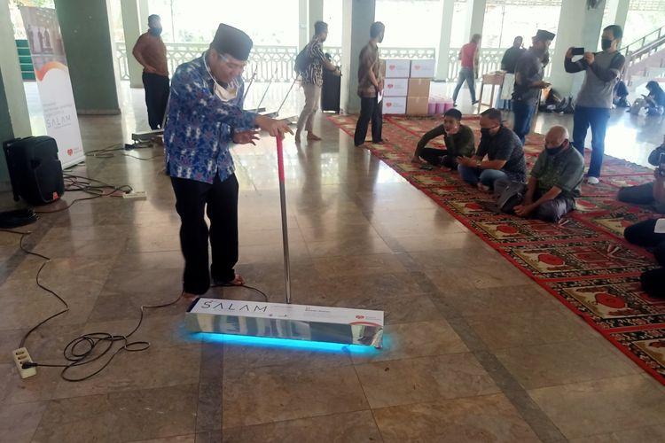 Pras Prasetyo, Direktur Utama Yayasan Masjid Nusantara menunjukkan cara penggunaan SALAM (Sterilisasi Lantai Masjid), alat untuk menyinari lantai masjid dengan sinar ultra violet untuk membunuh virus corona yang menempel di lantai, Jumat (28/8/2020).