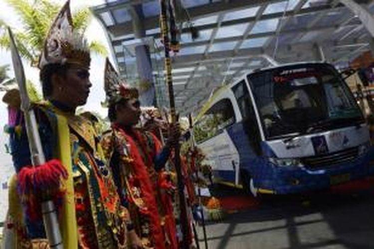 Bus biodiesel yang digunakan sebagai transportasi umum bagi para peserta dan delegasi APEC 2013 di Bali diluncurkan pengunaannya di Nusa Dua, Bali, Jumat (4/10/2013). Bus berbahan bakar minyak nabati ini diklaim ramah lingkungan.