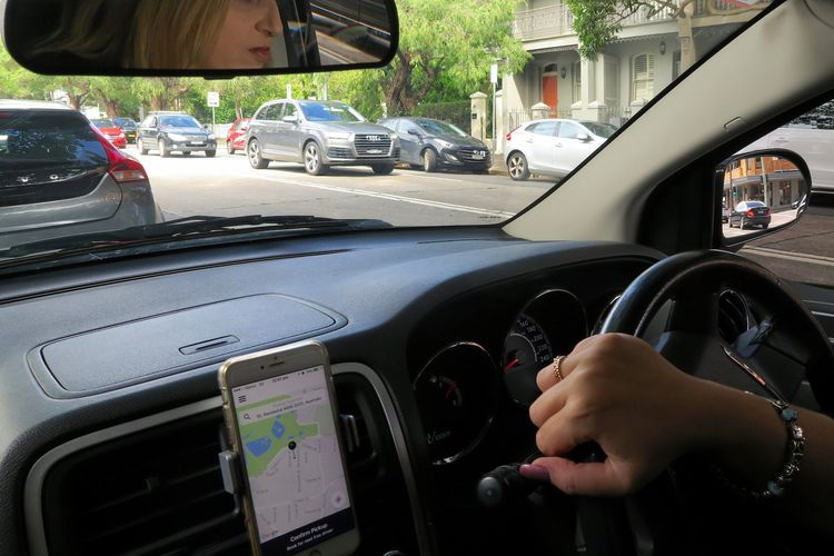 Ilustrasi pengemudi mobil menggunakan aplikasi Uber